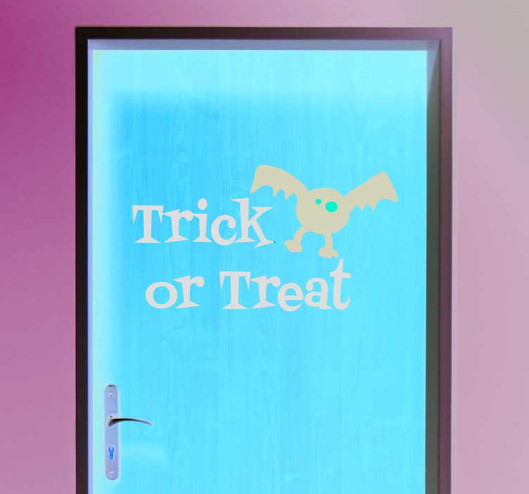 """TenStickers. Naklejka na Halloween: """"Trick or treat"""" i nietoperz. Naklejka z angielskim napisem """"Trick or treat"""" (""""Cukierek albo psikus"""") z zabawną ilustracją nietoperza. Idealna dekoracja na Halloween! Produkty mogą być dostosowane do Twoich potrzeb!"""
