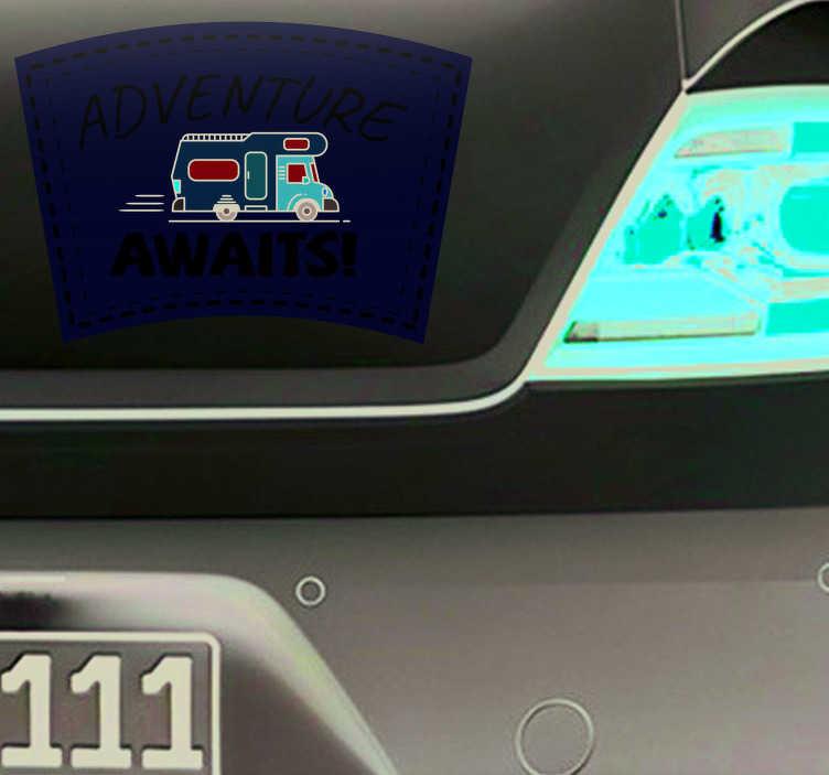 """TenStickers. Auto sticker adventure awaits. Sticker met de tekst """"Adventure Awaits"""". Ideaal voor degenen die van roadtrips houden! Verkrijgbaar in verschillende maten. Snelle klantenservice."""