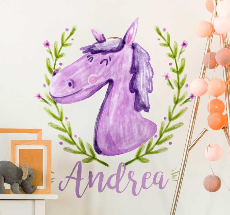 TenStickers. 말 개인 농장 동물 벽 스티커. 말과 꽃의 머리가 들어있는이 벽 스티커로 보육원을 장식하십시오. 디자인에 이름을 추가하여 스티커를 개인화하십시오.