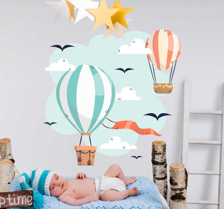 TenStickers. Naklejka z rysunkiem latające balony. Naklejka do pokoju niemowlaka, przedstawiająca latające balony na tle błękitnego nieba w otoczeniu chmur i ptaków. Ozdób pokój swojego dziecka z tą niezwykłą naklejką! Nasi graficy pomogą Ci z projektem!