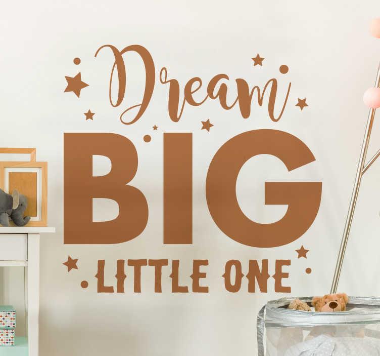 """TenStickers. """"dream big little one"""" tekststik. En vægmærkat med en """"drøm stor lille en"""" billedtekst til dit børns soveværelse! Minde dem om at drømme stort med denne unikke mærkat!"""