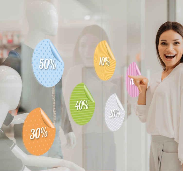 TenStickers. Peeling popust customizable nalepke. Prilagodljive poslovne nalepke - šest različnih oglaševalskih nalepk za oglaševanje odstotkov prodaje svojim strankam. Uporabite to nalepko, da okrasite svojo trgovino v posebnih promocijah. Privlačne barvite kroge, ki jasno in učinkovito prikazujejo ponudbe.