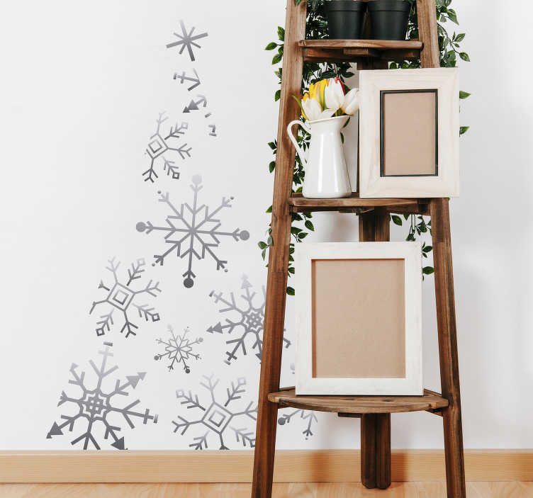 TenStickers. Sne gran stue væg indretning. En enkel men meget dekorativ måde at dekorere dit hjem til jul. Vægmærkaten illustrerer et juletræ, der består af snefnug.