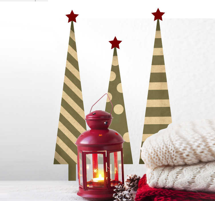 TenStickers. Naklejka trzy choinki o różnych teksturach. Naklejka ścienna, przedstawiająca trzy choinki wypełnione różnymi teksturami w kolorach złoto-zielonych. Spraw, aby Twoje święta Bożego Narodzenia były wyjątkowe z tą elegancką naklejką! Nasi graficy pomogą Ci z projektem!
