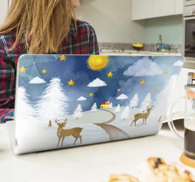 TenStickers. Laptop sticker Kerst ansichtkaart. Kom in de kerststemming met deze kerst laptop sticker met een besneeuwd landschap, een huis, rendieren, sterren, dennenbomen, wolken en een maan.