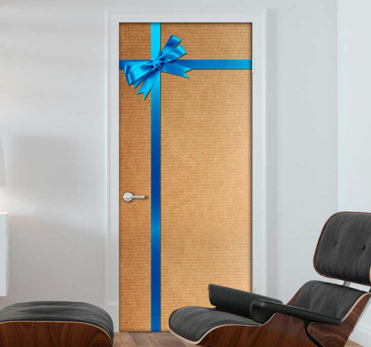 TenVinilo. Vinilo para puerta caja de regalo. Fotomural para puertas con un motivo ideal para ambientar tu casa estas Navidades de manera original.