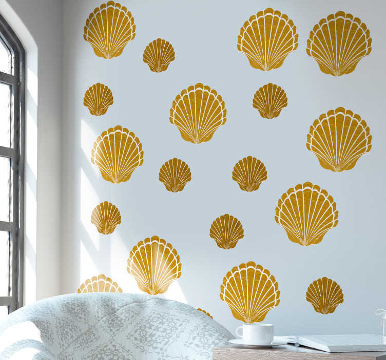 TenVinilo. Vinilo marinero conchas marítimas. Vinilo decorativo adhesivo para pared formado por un patrón de 34 conchas de diferentes tamaños en tonos dorados. Descuentos para nuevos usuarios.