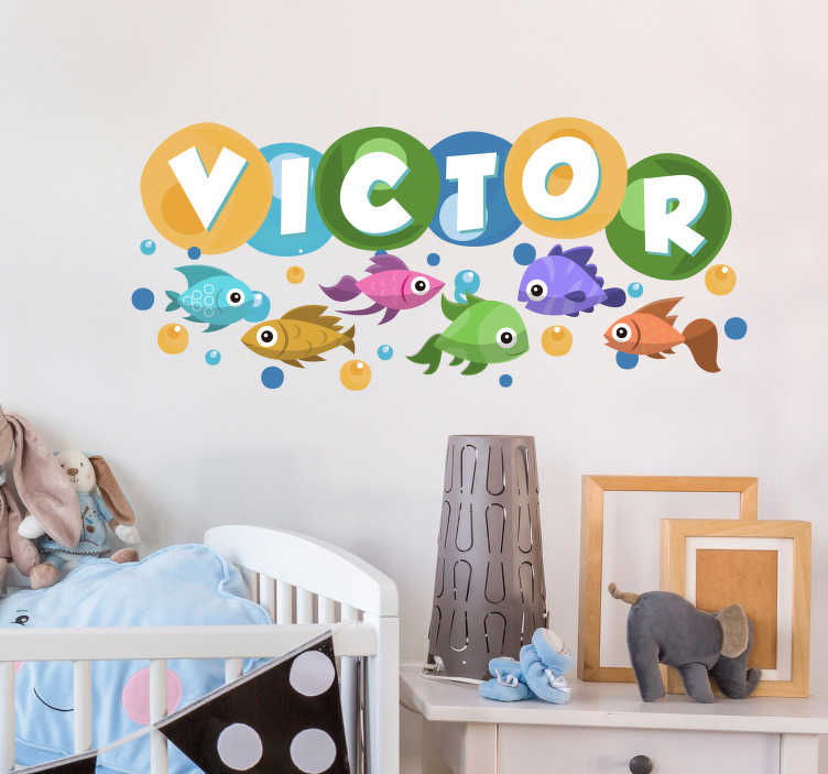 TenStickers. Kinderkamer muursticker zeevissen gepersonaliseerd met naam. Een muursticker met zeevissen en de naam van uw kind is ideaal om de kinderkamer mee te decoreren. Afmetingen aanpasbaar. 10% korting bij inschrijving.