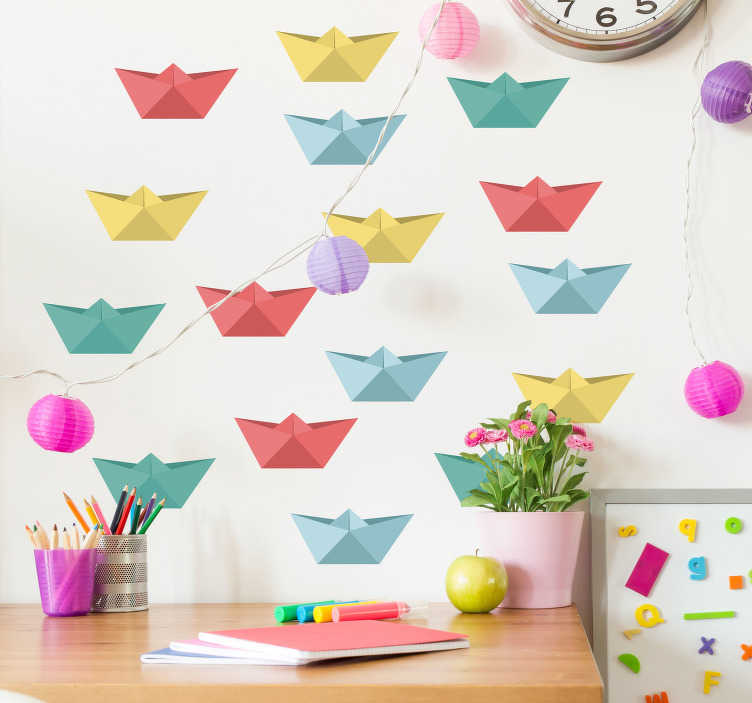 Tenstickers. Papper båt leksak klistermärke. Pappersbåtar i olika, glada färger för dekoration av plantskolan. Anpassa dimensioner till dina egna önskemål. Snabb kundservice.