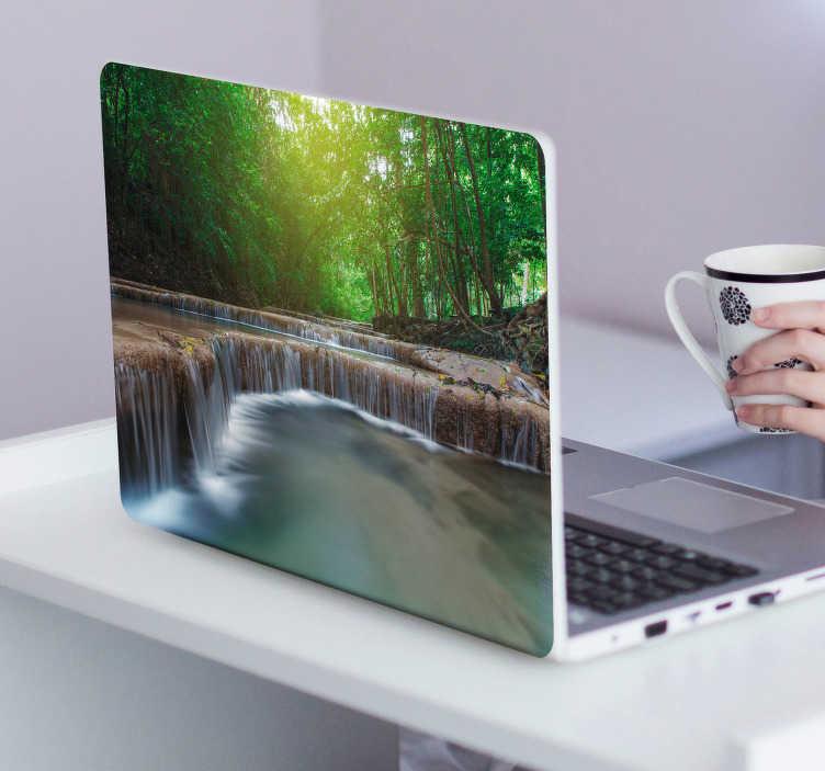 TenStickers. Laptop sticker bos. Werk in totale rust op uw laptop met deze rustgevende decoratie sticker van een bos met een meer. Afmetingen aanpasbaar. Ervaren ontwerpteam.