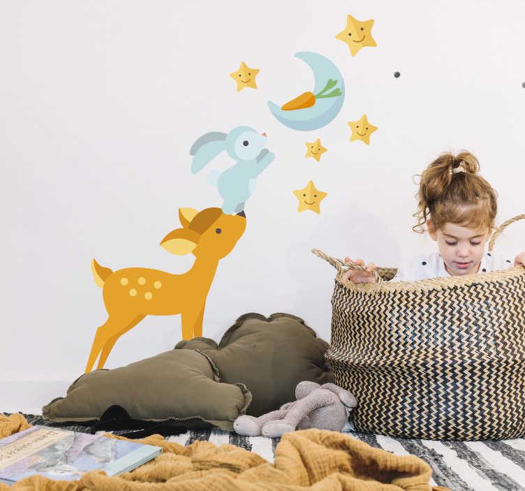 TenStickers. Kinderkamer muursticker op weg naar de maan. Een muursticker met een hert, een konijn die op weg zijn naar de maan met een wortel en de sterren. Ideaal voor de kinderkamer. Express verzending 24/48u.