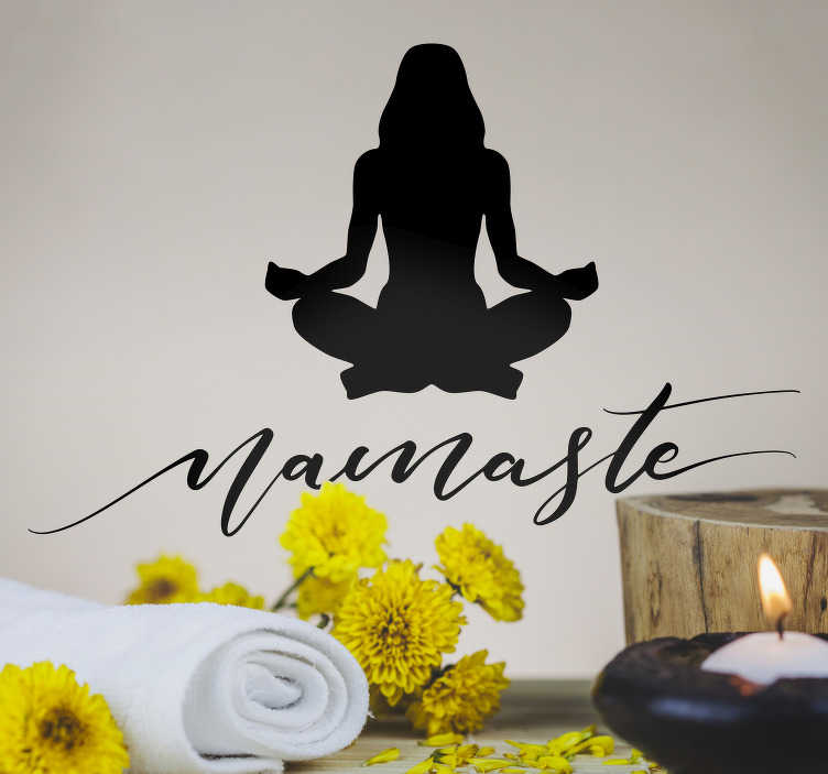 """TenStickers. Slaapkamer muursticker yoga namasté. Een rustgevende muursticker met een vrouwen silhouette die een yoga houding uitvoert, met daaronder het woord """"Namasté"""". Keuze uit 50+ kleuren."""