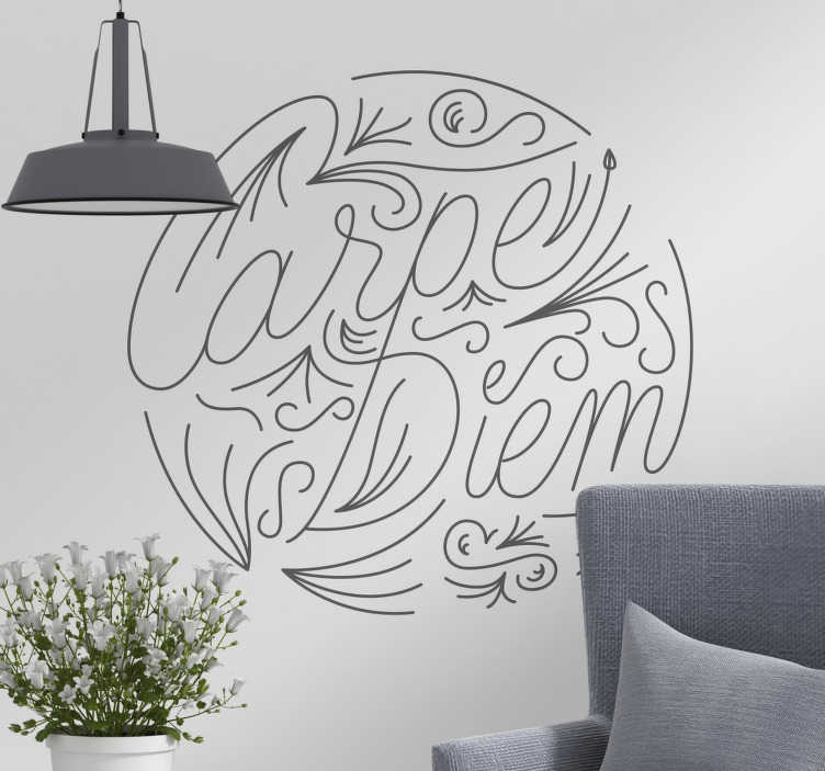 """TenStickers. Slaapkamer Muursticker Carpe Diem. Een muursticker met de tekst """"Carpe Diem"""" voor het personaliseren van de woonkamer of slaapkamer. Kleur en afmetingen aanpasbaar. Express verzending 24/48h."""