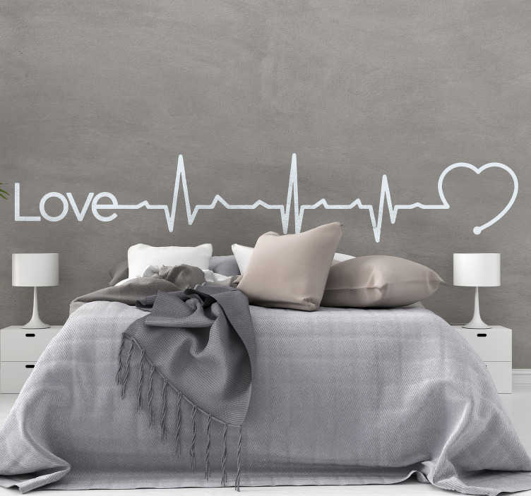 """TenStickers. Slaapkamer muursticker elektrocardiogram liefde. Een sticker met het woord """"Love"""", een elektrocardiogram en een hart, een geweldige manier om uw slaapkamer te personaliseren. 10% korting bij inschrijving."""