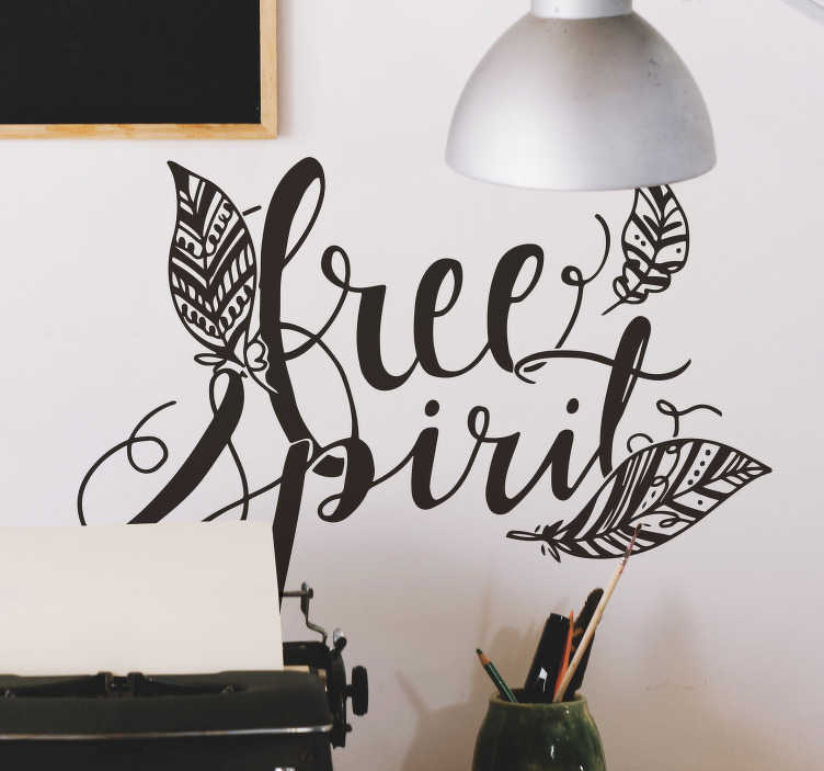"TenVinilo. Vinilo pared free spririt plumas. Vinilo adhesivo para la casa formado por tres plumas de diferentes tamaños rodeando la palabra ""Free Spirit"". Vinilos Personalizados a medida."
