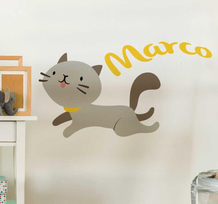 TenStickers. Sticker Enfant Chat avec Prénom Personnalisable. Décorez la chambre de votre enfant en lui offrant ce sticker mural animal de chat qui bondit et personnalisez son nom pour qu'il se sente chez lui dans sa chambre.