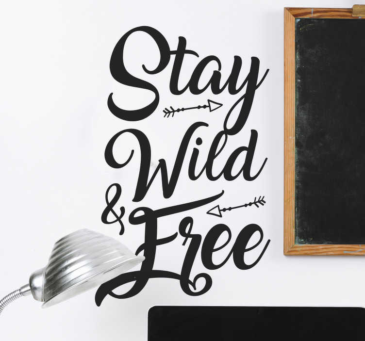 """TenStickers. Naklejka na ścianę napis """"Stay wild & free"""". Cytat na ścianę, mówiący """"Stay wild & free"""" (""""Bądź dziki i wolny""""), która przypomni Ci, żeby zawsze być wolnym i cieszyć się życiem! Naklejka na każdą gładką powierzchnię!"""