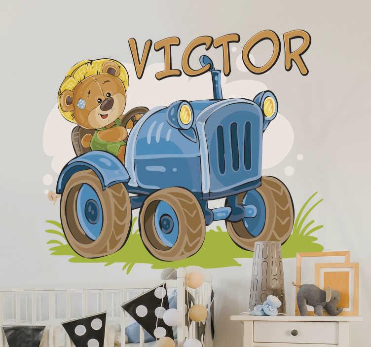 TenStickers. Kinderkamer muursticker tractor gepersonaliseerd met naam. Kinderkamer muursticker met een teddybeer die een tractor bestuurt. Personaliseerbaar met naam naar keuze. +10.000 tevreden klanten.