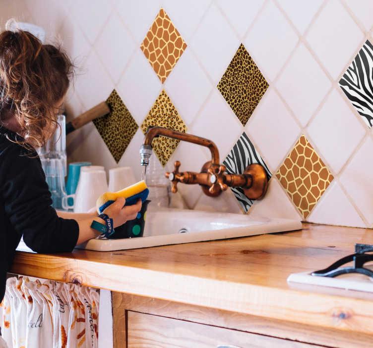 Tenstickers. Klistermärke för djur print kakel. Dekorera ditt hem med vårt gränssnitt för djurpapper tapeter med till exempel kor, ormar och giraffer. Dimensioner justerbara.