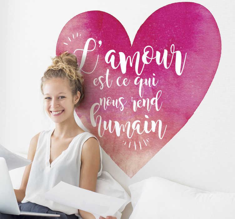 TenStickers. Sticker Phrase l'Amour nous Rend Humain. Décorez votre salon ou bien votre chambre à coucher avec un sticker phrase d'amour pour embellir vos journées comme vos nuits. +50 Couleurs Disponibles.