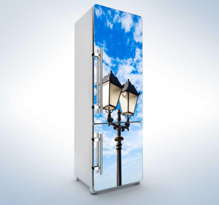 TenStickers. Lucerna nebe lednice nástěnné nástěnné nálepky. Tato chladicí nálepka modrého zářícího nebe se starým módním lucernem v popředí je ideální výzdobou pro vaši ledničku.