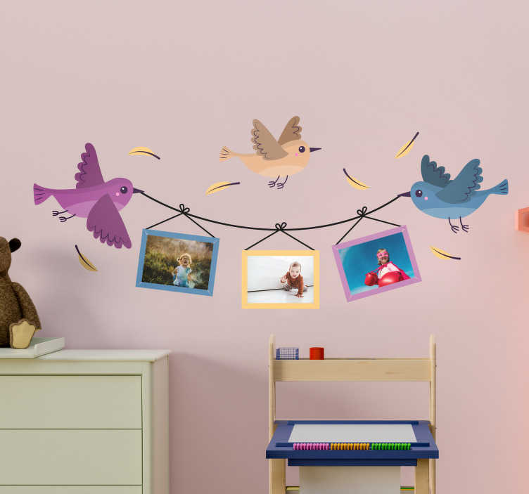 TenStickers. Kinderkamer muursticker vogels met fotolijsten. Deze fotolijst muursticker met drie vogels is een originele manier om uw favoriete foto's in te lijsten in de kinderkamer. Snelle klantenservice.