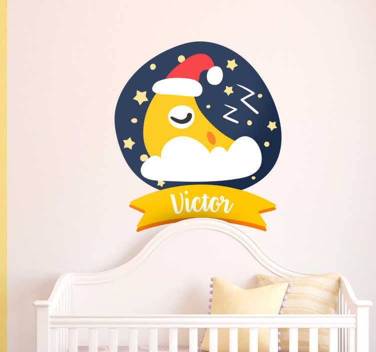 TenStickers. Kinderkamer muursticker slapende maan. Decoreer de babykamer met deze muursticker van een slapende maan die u kunt personaliseren met een naam naar keuze. Voordelig personaliseren.