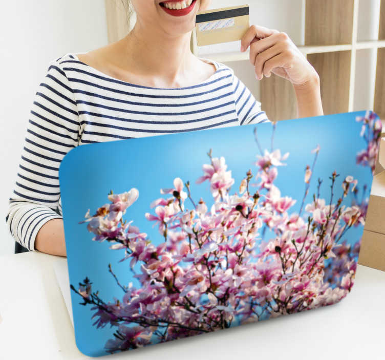 TenStickers. Sticker Fleur Arbre de Magnolia. Découvrez comment personnaliser votre ordinateur portable avec un sticker PC de fleur pour que vous puissiez choisir la décoration d'ordinateur portable qui vous convient. Promo Exclusives par email.