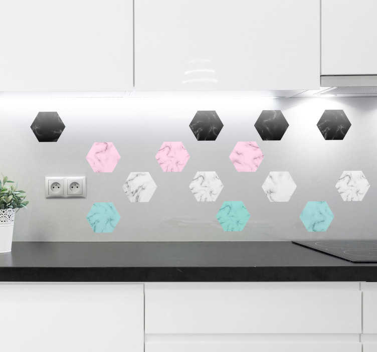 TenStickers. Keuken muursticker zeshoekig marmer patroon. Stickervel van 14 zeshoeken in de kleuren zwart, roze, wit en blauw. Ideaal voor het decoreren van de keuken in uw woning. 10% korting bij inschrijving.