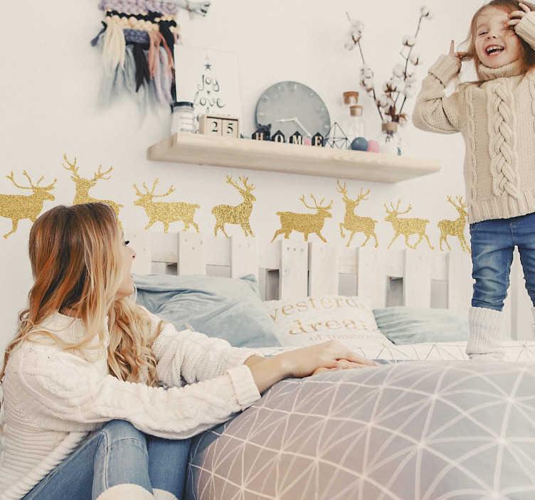 TenStickers. Slaapkamer muursticker gouden rendieren. Elegante sticker met vier gouden rendieren voor de decoratie van uw woning of bedrijf. Verkrijgbaar in verschillende afmetingen. Voordelig personaliseren.