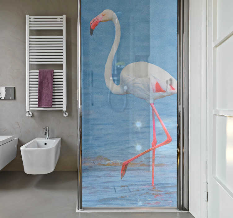 TenVinilo. Vinilo pájaro Flamenco blanco. Fotomural para la mampara de ducha formado por un flamenco blanco sobre fondo marítimo. Compra Online Segura y Garantizada