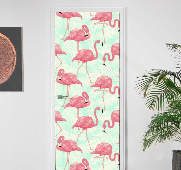 TenStickers. Naklejka na drzwi flamingi na tle liści. Naklejka na drzwi, przedstawiająca stado flamingów na drzwi, która rozjaśni dowolne pomieszczenie w Twoim domu! Wysyłka w 24/48h!
