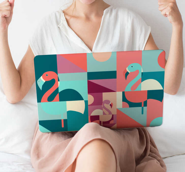 TenStickers. Naklejka na laptop geometryczne flamingi. Naklejka na laptopa, przedstawiająca oryginalny wzór flamingów w geometrycznych kształtach. Łatwy i tani sposób, aby odmienić wygląd laptopa! Nowe promocje w naszym newsletterze!