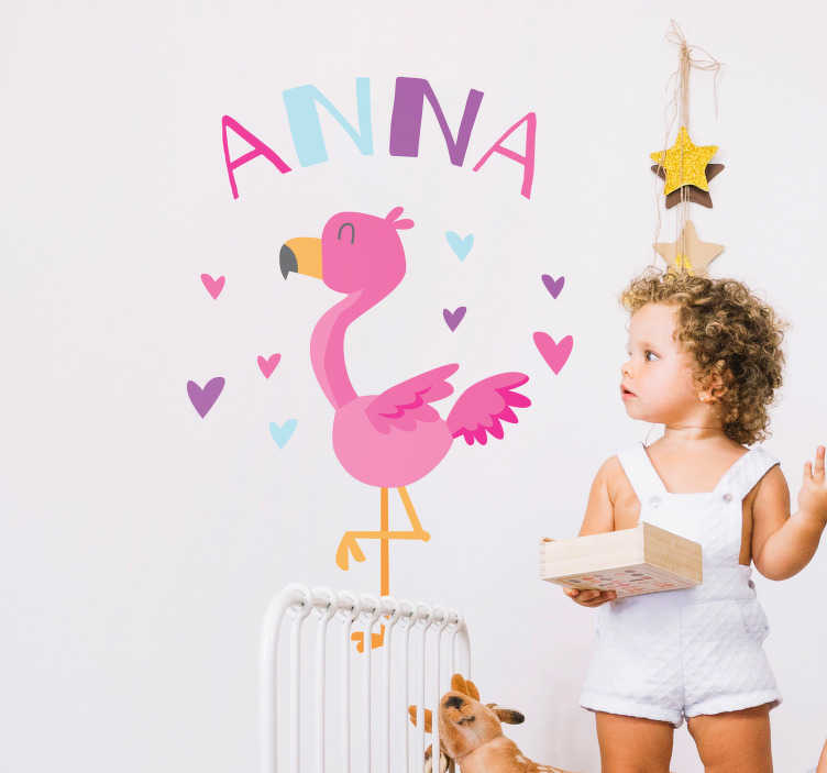 TenStickers. Naklejka dla dzieci flaming z imieniem dziecka. Naklejka ścienna, przedstawiająca wesoły rysunek flaminga nad którym możesz umieścić dowolnie wybrany tekst. Twoje dziecko z pewnością pokocha tą naklejkę! Nasi graficy pomogą Ci z projektem!