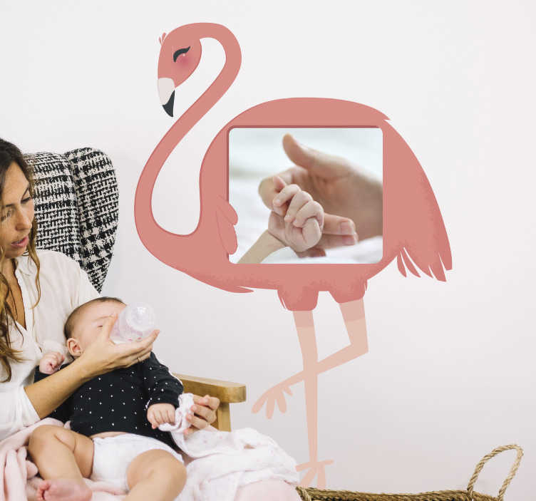 TenStickers. Muurstickers kinderkamer flamingo portret. Muursticker van een flamingo die u kunt personaliseren met een foto naar keuze. Verkirjgbaar in verschillende afmetingen. 10% korting bij inschrijving.