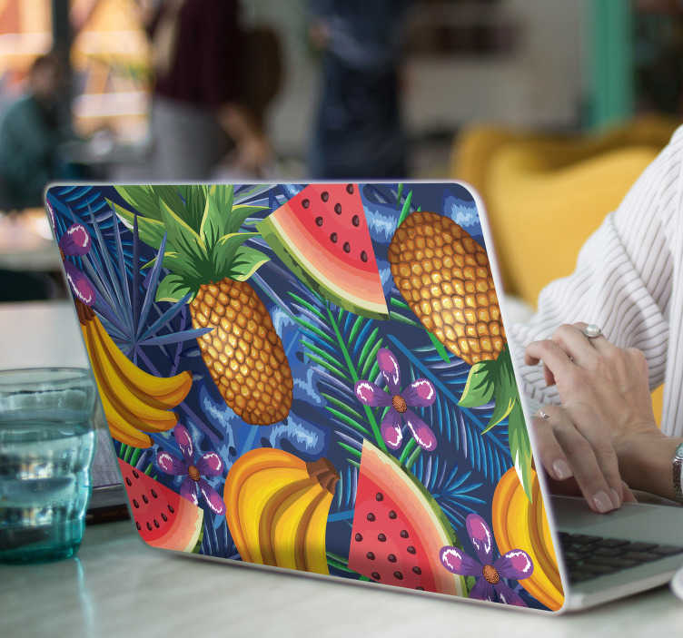 TenVinilo. Vinilo para portátiles Frutas exóticas. Original vinilo adhesivo para portátil con un estampado de frutas exóticas sobre fondo morado. Fácil aplicación y sin burbujas.