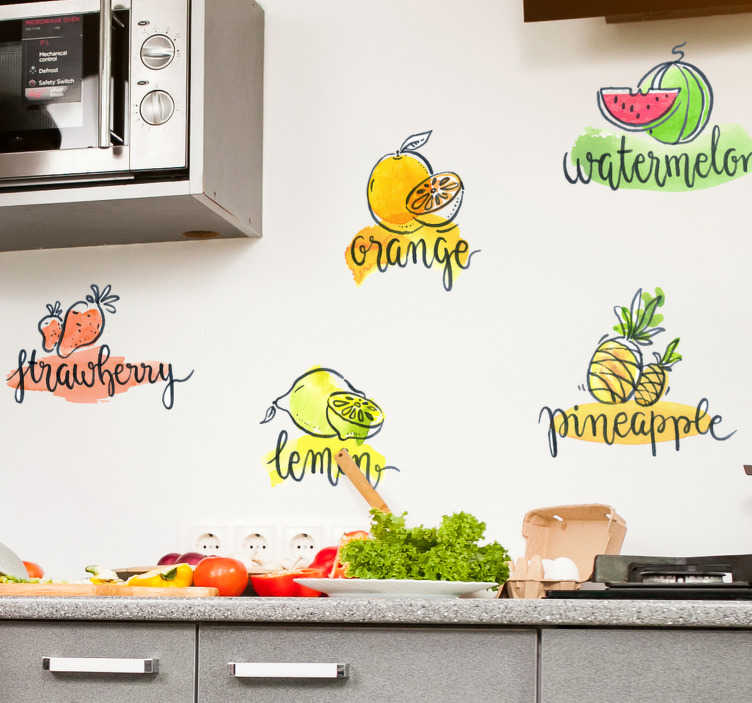 TenStickers. Keuken muursticker fruitnamen. Stickervel met zes fruitsoorten en de bijhorende fruitnamen. Ideaal voor het decoreren van de muur in de keuken. +10.000 tevreden klanten.
