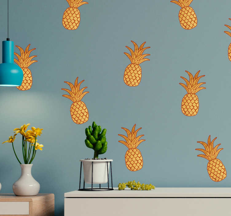 TenStickers. Gouden ananaspatroon muursticker. Stickervel met zestien gouden ananassen die u kunt plakken op de manier die u zelf wilt. Afmetingen aanpasbaar. Ervaren ontwerpteam.