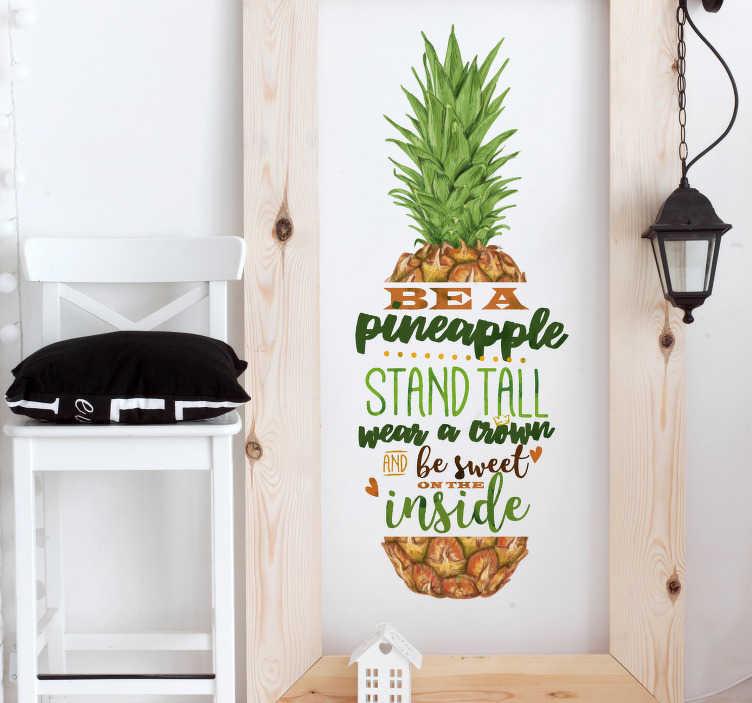 """TenStickers. Naklejka na ścianę """"Be like pineapple"""". Naklejka ścienna z napisem w języku angielskim """"Be a pineapple, stand tall, wear a crown and be sweet on the inside"""". Czuj się zmotywowany, dzięki tej dekoracji każdego dnia! Stwórz swój wymarzony projekt!"""