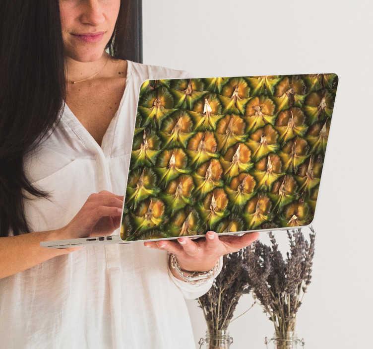 TenStickers. Laptop sticker ananas textuur. Decoreer uw laptop met deze decoratie sticker waar ananassen op staan afgebeeld. Verkrijgbaar in het formaat van uw laptop. +10.000 tevreden klanten.