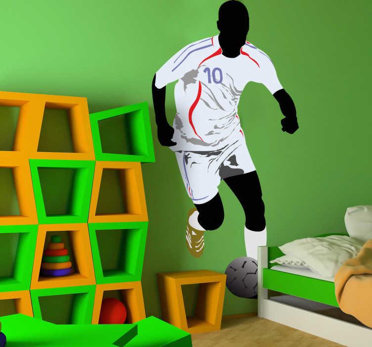 TenStickers. Naklejka piłkarz z nr 10. Naklejka dekoracyjna do pokoju dziecięcego przedstawiająca sylwetkę piłkarza w białym stroju biegnącego z piłką.