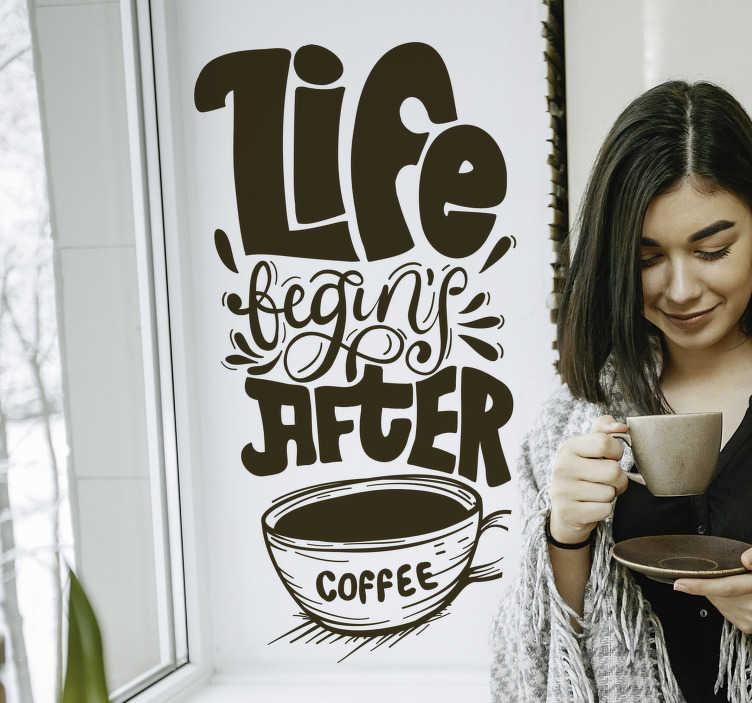 TenStickers. Keuken muursticker Life begins after coffee. Life begins after coffee! De ideale tekst sticker voor het decoreren van de keuken. Kleur en afmetingen aanpasbaar. Eenvoudig aan te brengen.