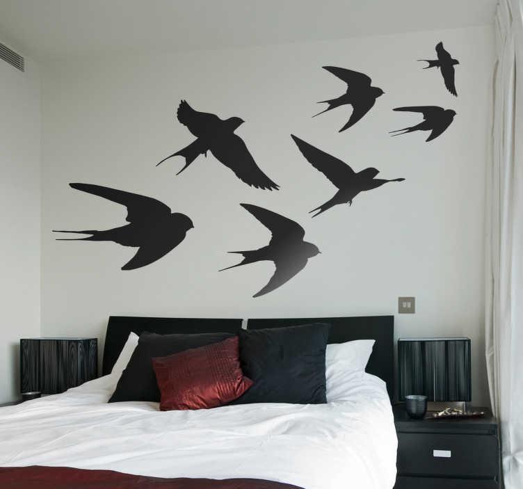 TenStickers. Autocolantes para casa silhueta de andorinhas. Autocolantes decorativos de pássaros para tornar a sua casa mais original e única. Voe pelo nosso website e escolha os seus produtos preferidos.