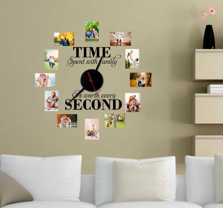 TenStickers. Tekst muursticker familie klok. Originele klok muursticker met een tekst over familie, waarbij de cijfers op de klok vervangen worden door fotolijsten. Voordelig personaliseren.