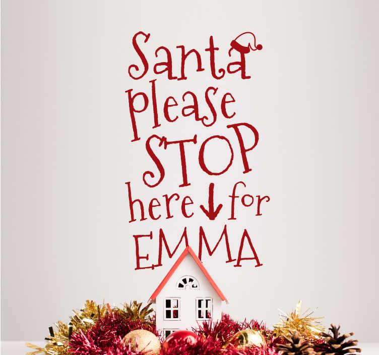 """TenStickers. Kerststicker Santa Stop Here Personaliseerbaar. Bereidt uw woning voor op Kerstmis met deze sticker met de tekst """"Santa please stop here for"""", gevolgd door een naam naar keus. Ook voor ramen en auto's."""
