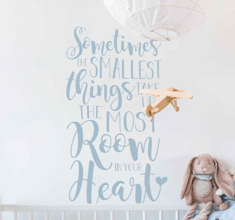 "TenStickers. The Smallest Things Muursticker. Muursticker met de hartverwarmende tekst ""Sometimes the smallest things take up the most room in your heart"". Keuze uit 50+ kleuren. Ervaren ontwerpteam."