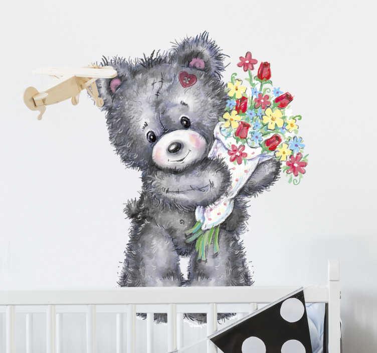 TenStickers. Kinderkamer muursticker beer met boeket. Decoreer de kinderkamer met deze muursticker waar een schattige beer met een boeket in zijn handen op is afgebeeld. Voordelig personaliseren.