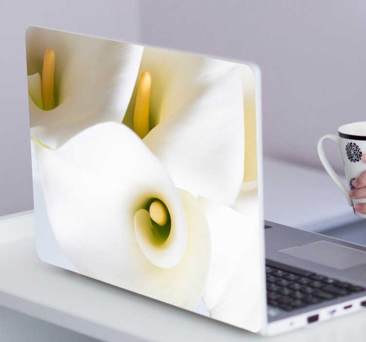 TenVinilo. Vinilo pc flores Cala flor. Original y limpio vinilo decorativo adhesivo ideal para renovar tu portátil con el diseño de varias flores de cala. Vinilos Personalizados a medida.