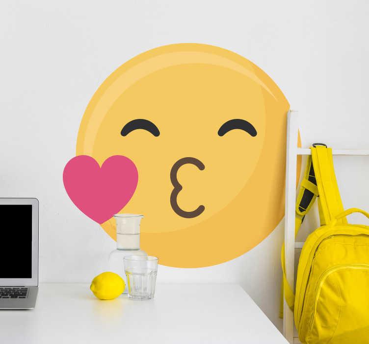 TenStickers. Kinderkamer muursticker kus emoticon. Decoreer de kinder- of tienerkamer met deze muursticker die de klassieke kussende emoticon afbeeldt. Ook voor ramen en auto's.
