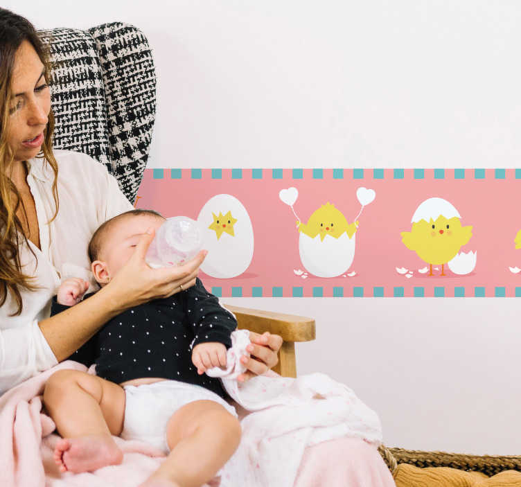 TenVinilo. Vinilo infantil cenefa pollito amarillo. Cenefa adhesiva para habitación infantil de color rosa pastel con un original estampado de pollitos. Fácil aplicación y sin burbujas.